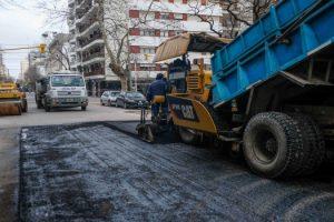 Foto MGP - Prosiguen las tareas de asfaltado en calles del microcentro